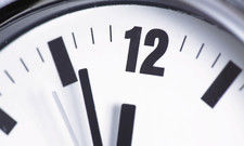 Es ist kurz vor zwölf, was das Arbeitszeitgesetz angeht: Gewerkschaft und Verband stellen sich allerdings unterschiedliche Lösungen vor.