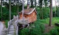 Unterkunft im Wald: Das Wildparkresort Tripsdrill bietet derzeit 28 Baumhaus-Einheiten an - ab zwei Personen bis zu sechs Personen