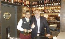 Voller Einsatz: Hotelchef Klaus Euler (rechts) präsentiert mit Hofa-Azubi Marvin Müller die nagelneue Bar des Mercure Saarbrücken-City.