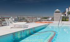 Eintauchen in die spanische Hauptstadt: Der Dachterrassen-Pool im Aloft Madrid Gran Vía macht's möglich