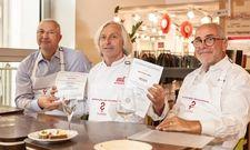Besiegeln die Zusammenarbeit: Koch Bernhard Reiser (Mitte) mit der Geschäftsführung von Gebrüder Götz