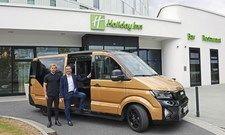 Bitte einsteigen: Max Scholz von Moia (links) und Hotelchef Bernd Mensing laden ein zum Ridesharing.