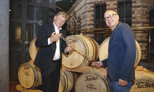 Probeschluck aus dem Holzfass: Tucher-Geschäftsführer Gunther Butz (links) und Marketingdirektor Kai Eschenbacher.