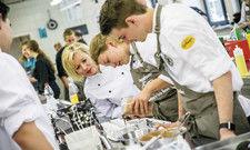 Vegan-Expertin am Herd: Marketa Schellenberg (Dritte von rechts) zeigt dem Nachwuchs neue Rezepte mit Avocado, Hirse und Kürbis.
