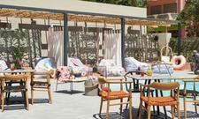 Moxy zur Urlauben: Die Terrasse mit Pool lädt zum Entspannen ein