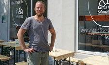 Sharing-Restaurant-Betreiber: Michael Bauß vor seinem Gastgeber in Leipzig