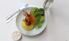 Österreich trifft Indien: Germknödel mit Dal-Füllung, Dattel-Chutney, Papadam, Tomaten und einem Koriander-Yoghurt-Dip