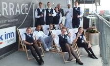 Nehmen schon mal im Liegestuhl Platz: Im Park Inn by Radisson Berlin Alexanderplatz sind zwölf Nachwuchskräfte ins Berufsleben gestartet.