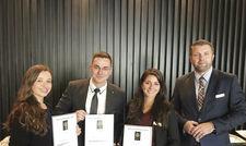 Die Sieger: (von links) Patrissiya Libelt, Paul Wolter, Melis Özdemir und Roman Krieger, Director of Quality & Training.