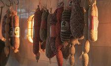 Salumeria im Restaurant: Im Ribelli werden italienische Wurst- und Käsevariationen frisch aufgeschnitten.