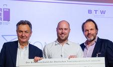 Letztjahressieger: (von links) Michael Frenzel, Präsident BTW mit Gewinner Robert Anders von Comtravo und Jan-Oliver Nannen, Geschäftsführer von Travelite