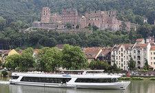 Beliebtes Reiseziel: Touristenschiff vor der beeindruckenden Kulisse des Heidelberger Schlosses