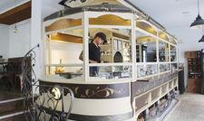 Tram Café München: Die Einrichtung ist im Industrial Style mit leichter Retro-Note gehalten. Stolz ist Betreiber Monir Shannik auf den aufwendig umgebauten Tram-Waggon, der als Küche und Theke dient.