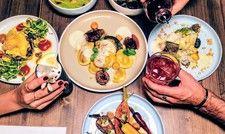 Reich gedeckter Tisch: Im Bonvivant werden vegetarische Bio-Gerichte und herausragende Cocktails serviert