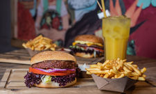 Künftig an allen Standorten: Sausalitos nimmt künftig den Beyond Meat Burger ins Sortiment auf