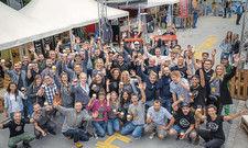 Bierbegeisterung: Gruppenfoto mit allen teilnehmenden Brauern auf dem Festivalgelände in Bayreuth.