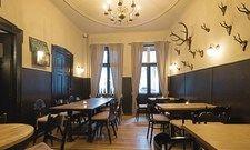 Behaglich: Der Gastraum in den Kurpfalz-Weinstuben – natürlich mit Hirschgeweihen