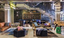 """Industrie-Chic: Der """"Living Room"""" als zentraler Treffpunkt im Moxy Warsaw Praga"""