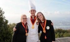 Für sie ging ein Traum in Erfüllung: Hotelfachfrau Alina Kellner (links) und Restaurantfachfrau Ilona Maier, beide aus Baden-Württemberg, sowie Ove Wülken, Koch aus Schleswig-Holstein, sind die Deutschen Jugendmeister 2019