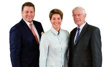 General Manager André Vedovelli (links) mit den Hoteleigentümern Christina und Eugen Block