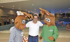 Geht neue Wege: Geschäftsführer David Depenau mit den Markenbotschaftern Hops und Hasi bei der Eröffnung.