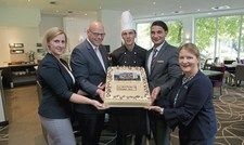 Haben doppelt Grund zum Feiern: (von links) Anja Berger, Direktor Arnd Hagemeier, Ulf Spelter, Koray Ataman und Anette Strutz mit der Geburtstagstorte.