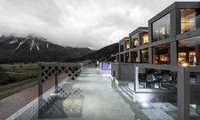 Beton trifft Glas: Der Außenbereich des neuen Spa