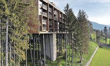 Baumhaus-Hotel der Superlative: Im 4-Sterne-superior-Hotel My Arbor in Südtirol schläft der Gast auf Augenhöhe mit den Baumwipfeln. Der Bau mit 104 Zimmern thront auf Stelzen.