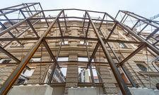 Freistehende Fassade: Der Rosewood-Bau in der Münchner Kardinal-Faulhaber-Straße.