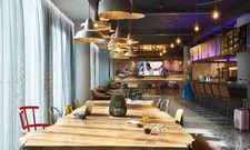 """Zentraler Treffpunkt: Der sogenannte """"Living Room"""" ist Dreh- und Angelpunkt des Moxy Hotels"""