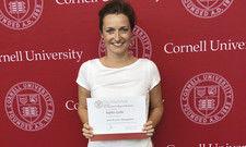 War bereits an der Cornell University: Sophie Gotte mit ihrem Kurs-Zertifikat vor der berühmten roten Wand.