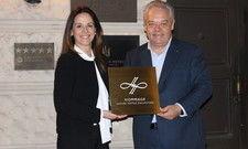 Stolz: Hommage Direktorin Carla Isodoro Lopes und Geschäftsführer Jörg T. Böckeler präsentieren das neue Emblem für den Nassauer Hof