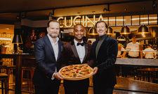 Stolz auf ihr neues Lokal und ihre Pizza: (von links) CEO Mirko Silz, Restaurantleiter Jeffrin Pelkmann sowie Aufsichtsrat und Gründer Klaus Rader
