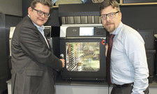 Überzeugt: Frank Höck, Vertriebsleiter Fachhandel Welbilt Deutschland (links) und Reine Wasner, Geschäftsführer Convotherm, mit dem Mini-Kombidämpfer.