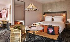 Farbenfrohe Mischung: Blick in eines der Zimmer des Mama Shelter Paris West