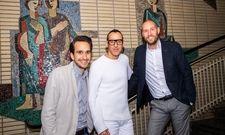 Signing im Dortmunder Gesundheitshaus: (v.l.) prizeotel Geschäftsführer Connor Ryterski, Designer Karim Rashid und Landmarken AG Vorstandsmitglied Jens Kreiterling