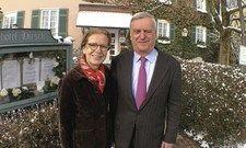Bild aus früheren Tagen: Brigitte und Ernst Fischer vor dem Landhotel Hirsch in Bebenhausen.
