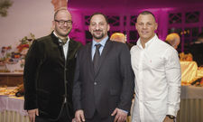Das ursprüngliche Team bei der Eröffnung 2018: (von links) Geschäftsführer Matthias Engel, Hoteldirektor Tasso Papadopoulos und Küchenchef Simon Kadel
