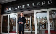Neue Marke sorgt für gute Laune: General Manager Sebastian Klink präsentiert die neue Außenbeschilderung des Bilderberg Bellevue Hotel Dresden