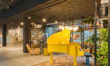 Erkennungsmerkmal: Das Yellow Piano im Eingangsbereich nimmt bei der Hotelgruppe einen besonderen Stellenwert ein