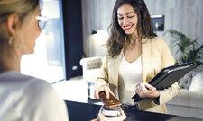 Immer mehr Gäste tun es: Bezahlen ohne Bargeld im Hotel. Schwer im Kommen ist dabei die Transaktion per Smartphone.