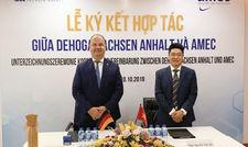 Unterwegs in Asien: Dehoga-Landeschef Michael Schmidt (linkes Bild, links; rechtes Bild, Mitte) mit Offiziellen aus Vietnam und Delegationsmitgliedern seines Verbands.