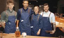 Pop-up-begeistert: (Foto rechts, von links) Marlon Richter, Jens Madsen, Elisa Schröckenfuchs und Maximilian Frontull. Unten links der Seesaibling in kreolischer Sauce.