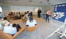 Brainstorming unter Kollegen:Daria Antonova, Teamassistentin Personal (rechts), und Verkaufsleiter DennisMicknaß (Zweiter von rechts)erläutern die Regeln fürs Teamcamp.