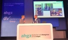 Diskutieren beim Deutschen Hotelkongress: (von links) Hotelier und IHA-Chef Otto Lindner und ahgz-Chefredakteur Rolf Westermann
