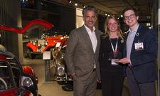Vorjahresgewinner: Gernot J. Sümmemann, Founder & CTO der Refresher Boxx (rechts) mit seiner Kollegin Larissa Schmied und IHA-Vorsitzendem Otto Lindner.