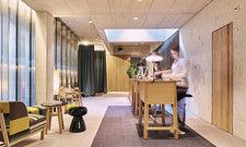 Vorbildlich: Im Nomad Basel ist die Rezeption optimal beleuchtet. Deckenspots, Tischleuchten und das Tageslicht von oben sorgen für eine perfekte Lichtstimmung.