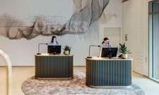 Lobby mit stilisierter Beethoven-Fuge im Vienna House MQ Kronberg