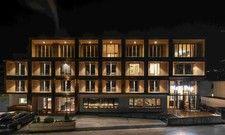 Architektonisches Highlight: Das alte Gebäude wurde fassadenseitig um eine Holzkonstruktion ergänzt