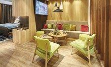 Viel Holz und frische Grüntöne: Hoteliers setzen in puncto Ausstattung zunehmend auf natürliche Materialien – sei es bei Möbeln, Bodenbelägen oder Objekttextilien.